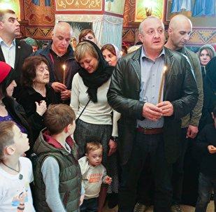 Президент Грузии Георгий Маргвелашвили с супругой Макой Чичуа и сыном Темо в храме