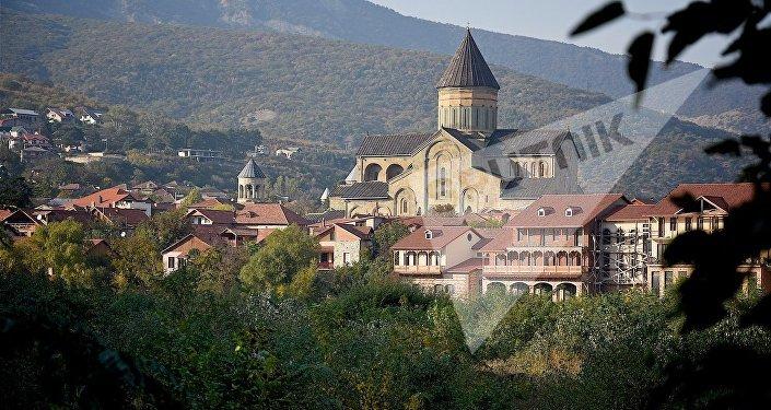 Вид на город Мцхета и собор Светицховели