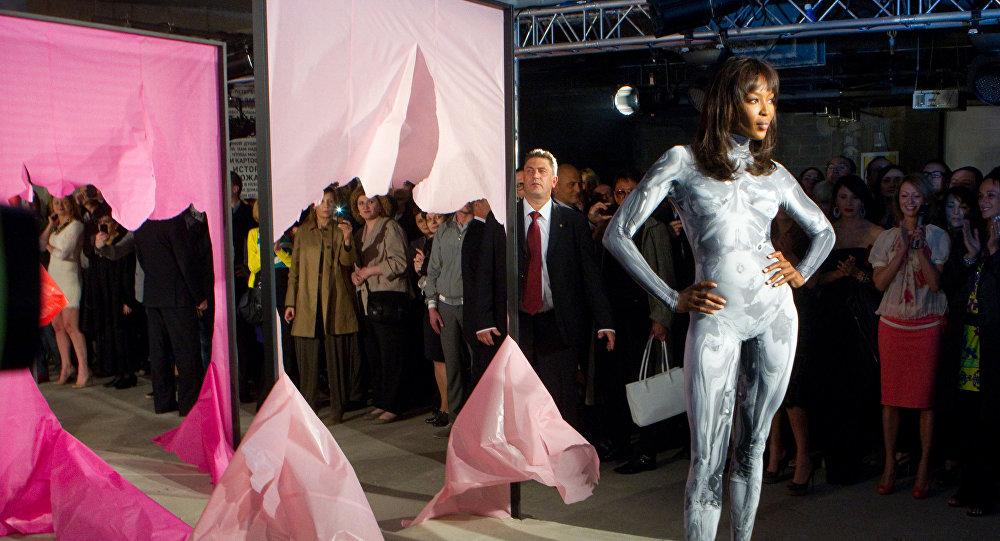 Топ-модель Наоми Кэмпбелл в костюме от российского дизайнера Игоря Чапурина