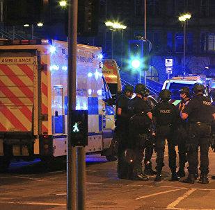 Вооруженные сотрудники полиции у стадиона Манчестер Арена, где произошел теракт