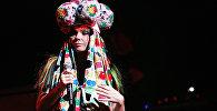 Певица Бьорк выступает на музыкальном фестивале в Калифорнии в 2007 году