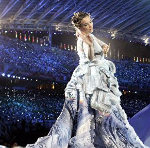 Певица Бьорк выступает на церемонии открытия летних Олимпийских игр в Афинах в 2004 году