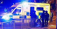 Вооруженные сотрудники полиции и машины Скорой помощи у стадиона Манчестер Арена, где произошел теракт