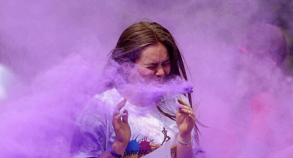 В Праге прошел разноцветный забег, где бегуны кидали порошковые краски
