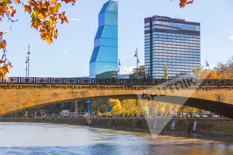 Вид на Верийский мост и отели Рэдиссон и Билтмор в Тбилиси