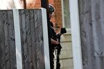 Вооруженный офицер британской полиции в Манчестере, у здания где был арестован подозреваемый мужчина