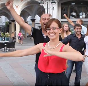 Иностранцы исполняют аджарский танец