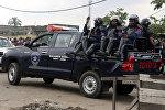Сотрудники полицейского спецназа патрулируют территорию главной тюрьмы в Киншасе, Демократическая Республика Конго