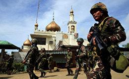 Правительственные войска проходят мимо мечети города Марави, Филиппины