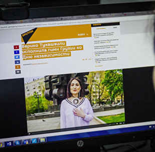 Девушка смотрит видео Sputnik