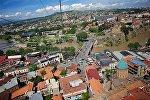 Увидеть с высоты птичьего полета весь Тбилиси можно из кабинки канатной дороги, проходящей над центром города. Для многих туристов это путешествие становится одним из первых и ярких впечатлений о грузинской столице