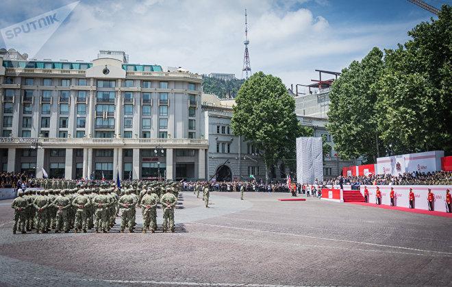 Военные на площади Свободы в День независимости Грузии