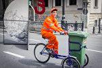 Сотрудник службы очистки вывозит мусор с проспекта Руставели в День независимости Грузии