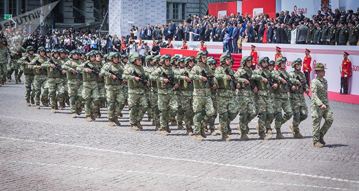 Сотни новобранцев приняли военную присягу на площади Свободы в Тбилиси в День независимости Грузии