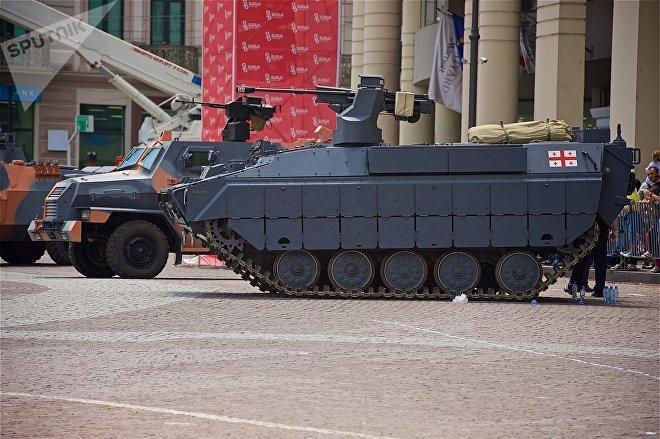 Боевая машина пехоты Lazika на выставке военных достижений и техники на площади Свободы в День Независимости