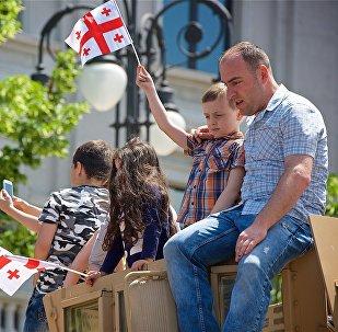 Гости и жители столицы Грузии во время праздничных мероприятий в День Независимости