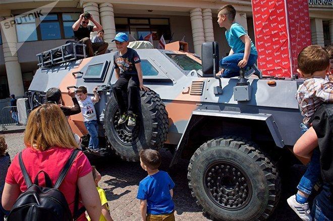 Бронированная машина связи на выставке вооружений и военной техники в День Независимости