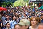 Жители и гости Тбилиси во время праздничных гуляний на проспекте Руставели в День Независимости
