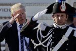 Президент США Дональд Трамп приветствует карабинеров во время его прибытия в Международный аэропорт Фьюмичино имени Леонардо да Винчи, Рим