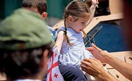 Солнечная погода, множество детей, улыбки и прекрасное настроение у гостей праздника - так отметили День Независимости в столице Грузии