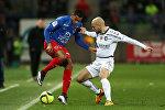 Грузинский футболист Джаба Канкава (справа), выступающий за клуб Реймс, во время игры между Reims и SM Caen