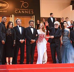 ჟიურის წევრები - ამერიკელი მსახიობი უილ სმიტი, მსახიობი ანეს ჟაუი, იტალიელი რეჟისორი პაოლო სორენტინო, ფრანგი კომპოზიტორი გაბრიელ იარედი, მსახიობი და პროდუსერი ჯესიკა ჩესტეინი, ჟიურის ხელმძღვანელი ესპანელი რეჟისორი პედრო ალმადოვარი, ჩინელი მსახიობი და მომღერალი ფან ბინბინი, რეჟისორი პაკ ჩჰან უკი და სცენარისტი მარენ ადე კანის საერთაშორისო კინოფესტივალის დახურვის ცერემონიის დროს წითელ ხალიჩაზე
