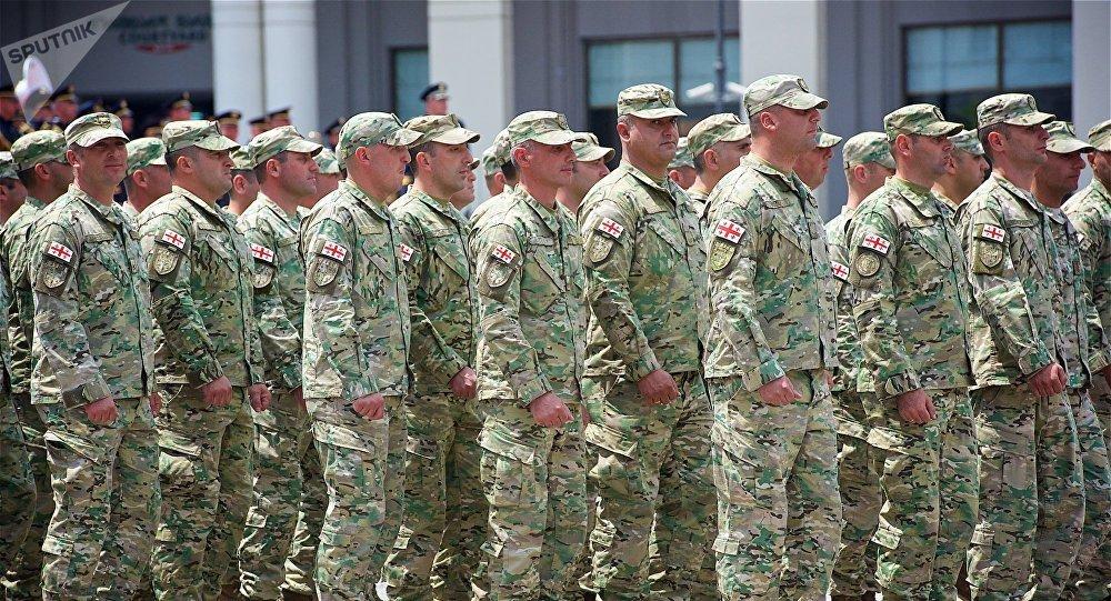 Грузинские военнослужащие проходят маршем по площади Свободы в День Независимости