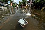 Телевизор плавает на затопленной дороге в деревне Додангода в Калутара, Шри-Ланка