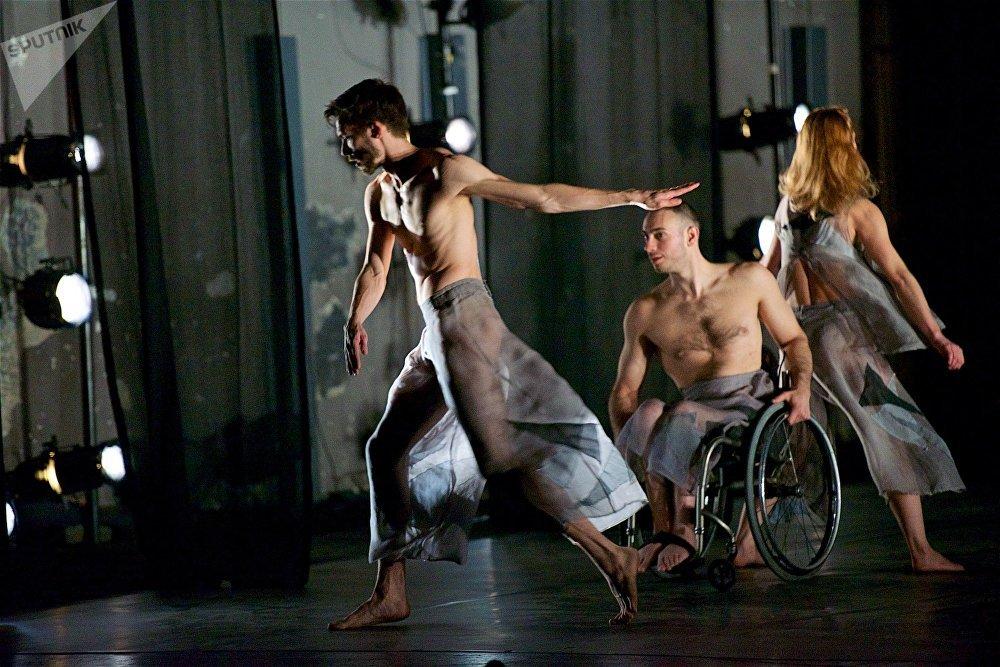 Candoco Dance Company проводят в разных странах мира встречи, семинары и мастер-классы. Не стала исключением и столица Грузии, где состоялось несколько встреч с заинтересованными группами участников