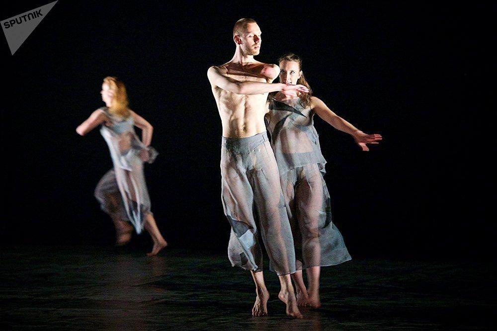 Артистов Candoco Dance Company объединяет идея - показать, каким разным может быть танец, и что танцевать сегодня может каждый, вне зависимости от физических возможностей