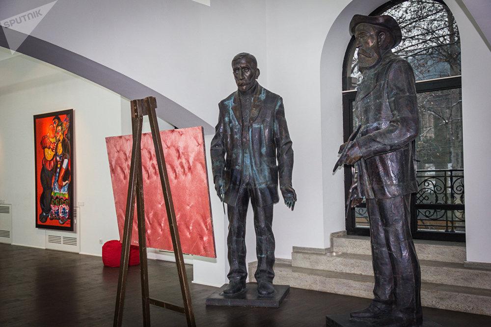 Скульптурная группа Мои любимые художники, фигуры Нико Пиросмани и Анри Руссо, медь, выколотка, 2009 год