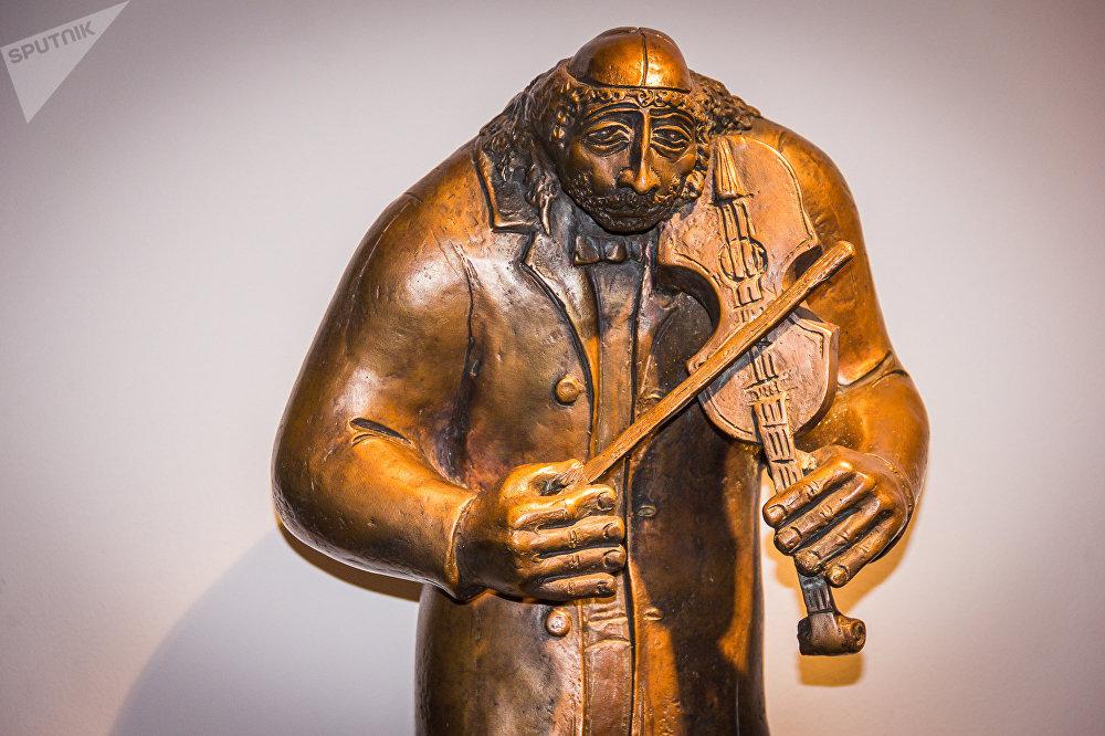 Фигура уличного музыканта из серии Горожане, бронза, 2004 год