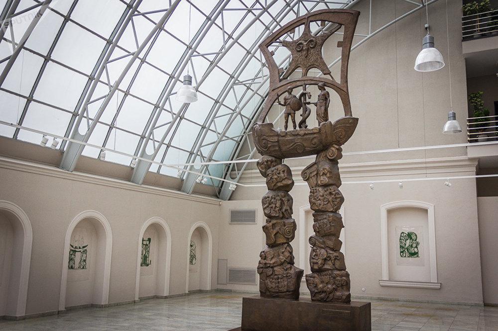 В одном из залов Музея современного искусства Зураба Церетели в Тбилиси. Здесь представлены старые и новые работы мастера, которые наглядно показывают, что скульптор и живописец продолжает творить в совершенно разных стилях и направлениях