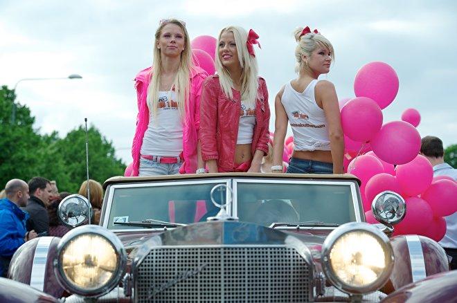 Парад блондинок в Риге вдоль реки Даугава, Латвия