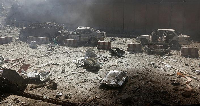 Поврежденные взрывом машины на месте теракта в Кабуле