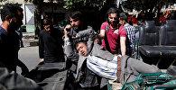Эвакуация раненых с места теракта в посольском квартале Кабула