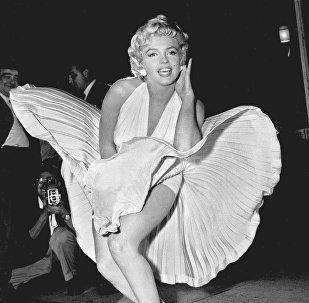 მერლინ მონრო პოზირებს ნიუ-იორკის მიწისქვეშა გადასასვლელზე, ფილმის The Seven Year Itch გადაღებისას, 1954