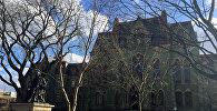 Человек возле Колледж-Холла в университетском городке Университета Пенсильвании в Филадельфии