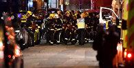 Машины скорой помощи, спасатели и полиция на месте террористического нападения в Лондоне у Лондонского моста