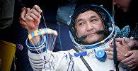 Казахстанский космонавт Айдин Аимбетов после возвращения на Землю с орбиты в капсуле космического корабля Союз