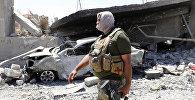 Представитель сил безопасности Ирака идет по городу Мосул