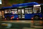 Автобус с пассажирами на одной из тбилисских улиц