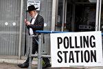 Человек выходит из избирательного участка в Лондоне, Великобритания