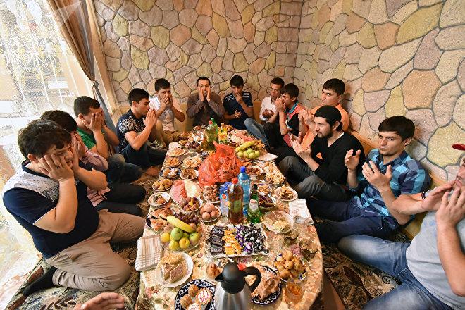 Празднование Ураза-Байрам в Душанбе