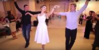 Танец невесты и ее друзей на свадьбе