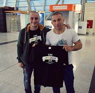 Грузинский боксер Автандил Хурцидзе до вылета из Тбилисского аэропорта в США