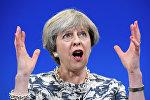 Премьер-министр Великобритании Тереза Мэй выступает во время предвыборной кампании перед сторонникам консервативной партии
