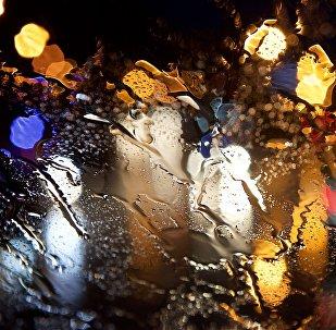 Машины на дорогах в сильный дождь