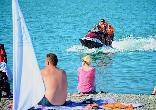 Люди на пляже в Батуми, отдых на Черном море