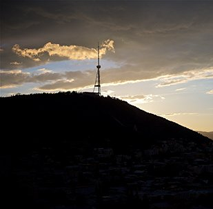 Тучи над горой Мтацминда и телевышкой в Тбилиси